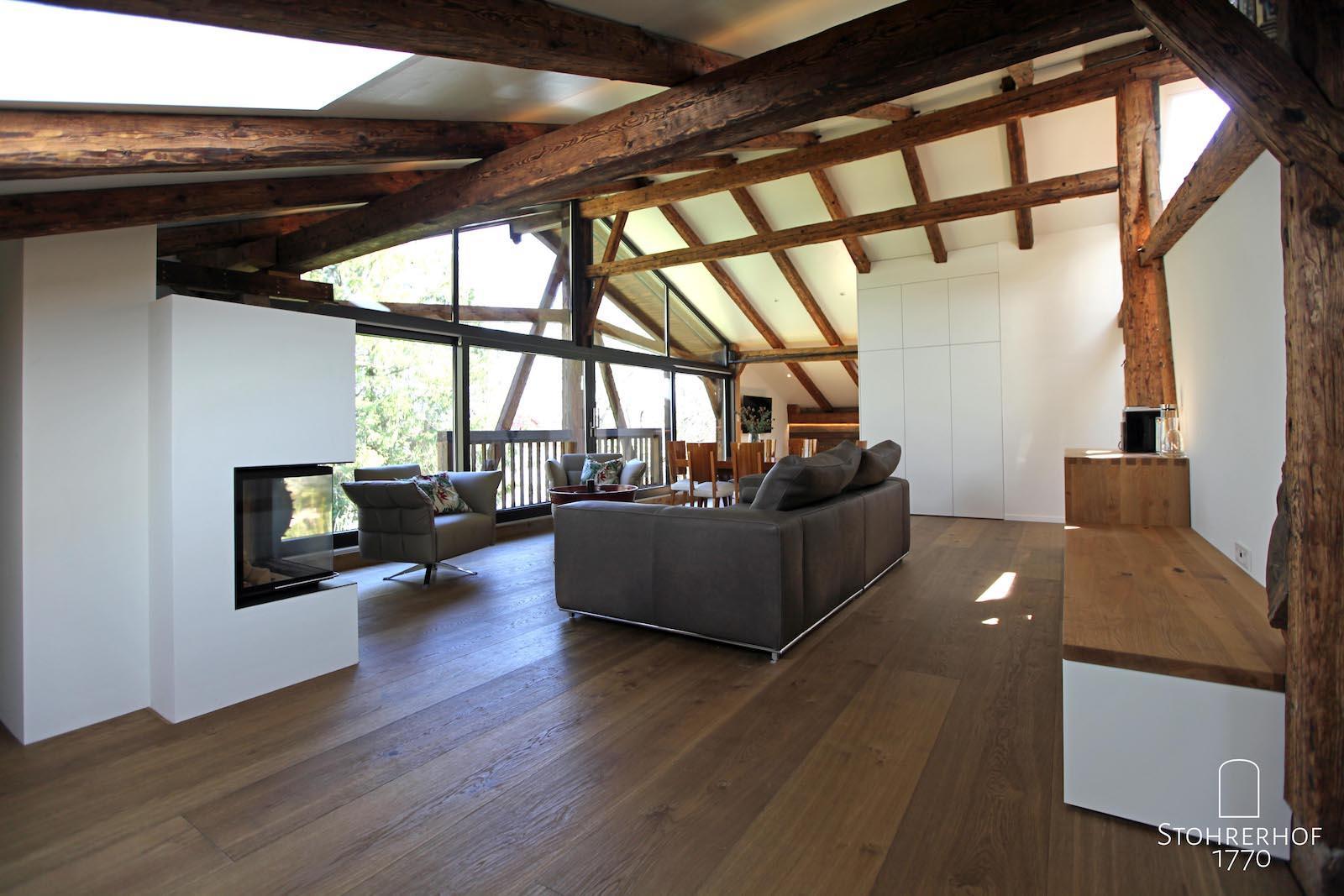 42-Penthouse-Blick-vom-linken-Bett-auf-Kamin-Sofa-Sessel-Wohnen-4-K