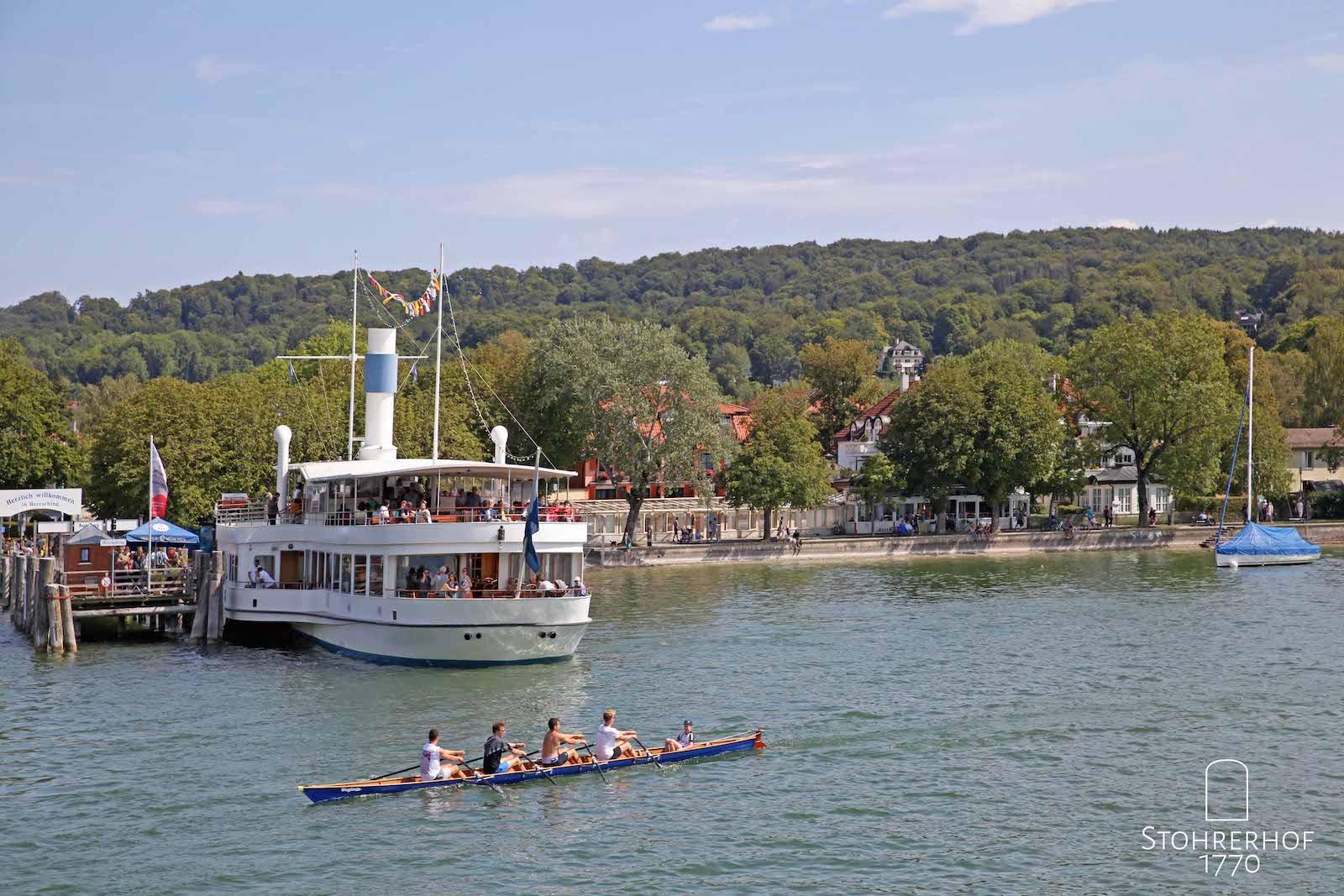 69-Schiff-am-Anleger-mit-Sportboot-K