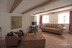 10-Lounge-von-Tür-aus-K Gut Stohrerhof