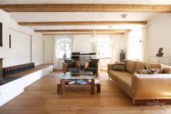 18-Wohnzimmer-von-Tür-aus-K Gut Stohrerhof