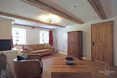 9-Lounge-mit-Bauernschrank-K Gut Stohrerhof