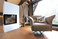 Der Wohnraum im Penthouse mit Kamin im Gut Stohrerhof