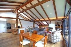 Der Wohnraum im Penthouse mit Art Deko Esstisch im Gut Stohrerhof